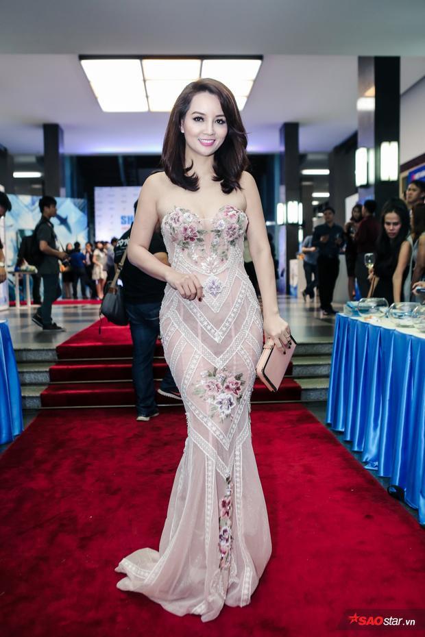 Diễn viên Mai Thu Huyền quyến rũ xuất hiện trong chiếc váy cúp ngực.