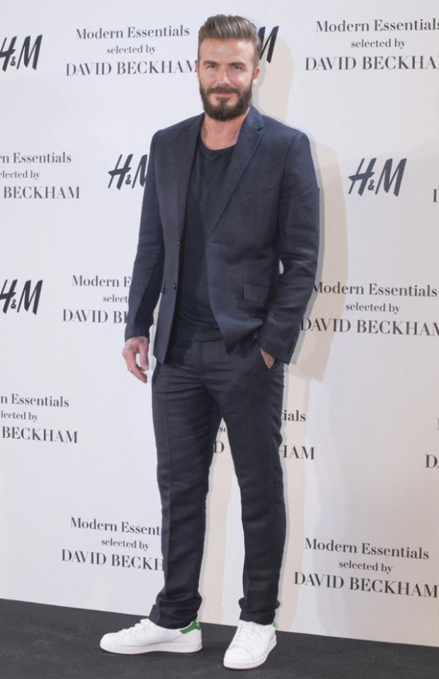 """David Beckham cũng biến hóa vô cùng trẻ trung khi diện suit cùng giày sneaker trắng năng động. Không những thế, bộ râu """"trứ danh"""" luôn xuất hiện cùng anh ở bất cứ đâu."""