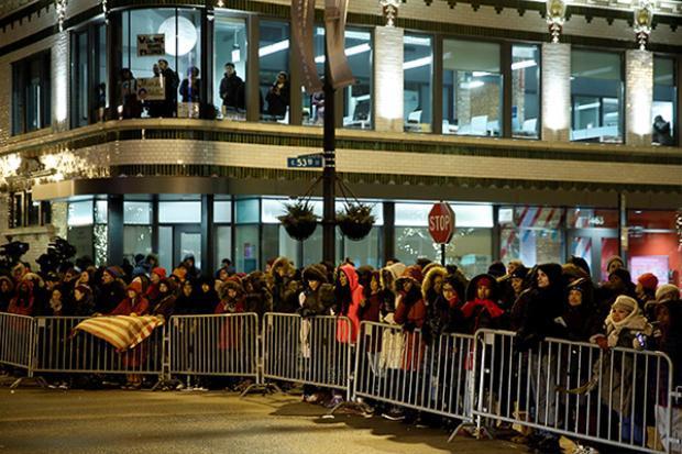 Hàng chục ngàn người đã không ngần ngại giá rét để chờ Tổng thống đi qua.