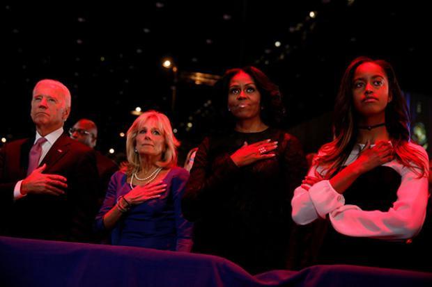 Đệ nhất phu nhân Michelle Obama cùng con gái lớn Malia và vợ chồng phó tổng thống Joe Biden trong nghi lễ quốc ca trước bài phát biểu của ông Obama.