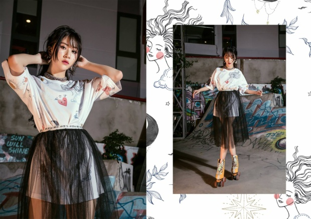 Một sự sáng tạo mới mẻ đến từ Quỳnh Anh Shyn khi chân váy đen xuyên thấu được mặc ra bên ngoài áo thun trắng oversize phía trong.