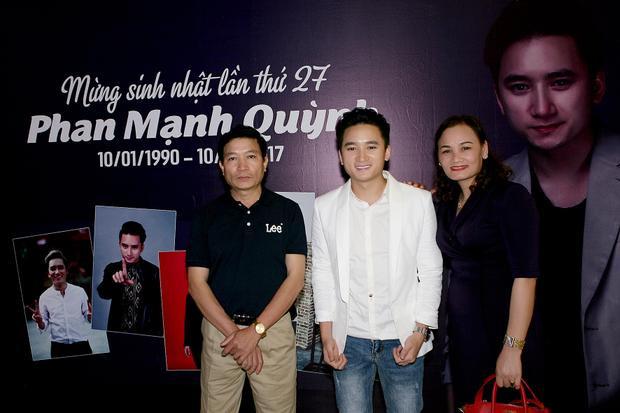 Bố mẹ Phan Mạnh Quỳnh đã bay từ Nghệ An vào TP HCM để chúc mừng sinh nhật con trai.