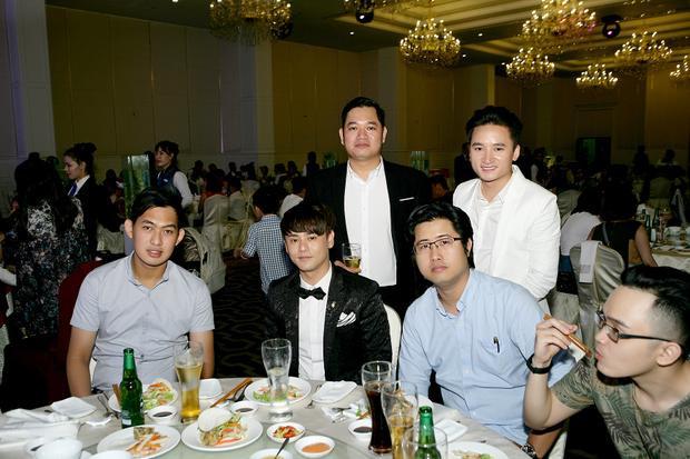 Phan Mạnh Quỳnh đã đón tuổi mới bên những bạn thân thiết.