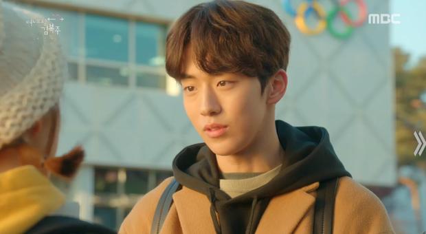 """Joon Hyung tìm mọi cách đánh lạc hướng Bok Joo để cô không biết chuyện bệnh tình của bố, nhưng vô tình điều này càng khiến Bok Joo nghi ngờ anh chàng đang """"thả thính"""" cô gái nào đó."""