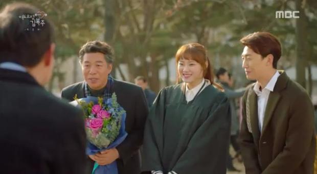 Gia đình cô và bố mẹ Joon Hyung có màn chào hỏi.