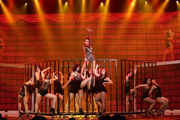 Yến Trang rơi tự do từ độ cao 2m, S Girls mang Hồ Thiên Nga đầy choáng ngợp lên sân khấu Remix New Generation