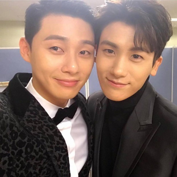 Park Seo Joon đăng tải bức ảnh selfie có caption: Khởi đầu năm 2017 với Park Hyung Sik.
