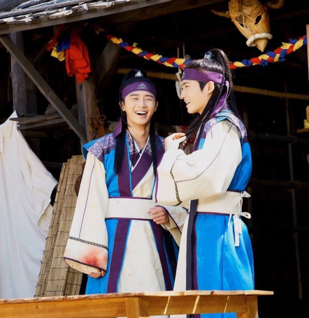 Sun Woo và Maek Jong  Giành nhau trong phim 1 cô gái nhưng bị nghi có tình ý ngoài đời