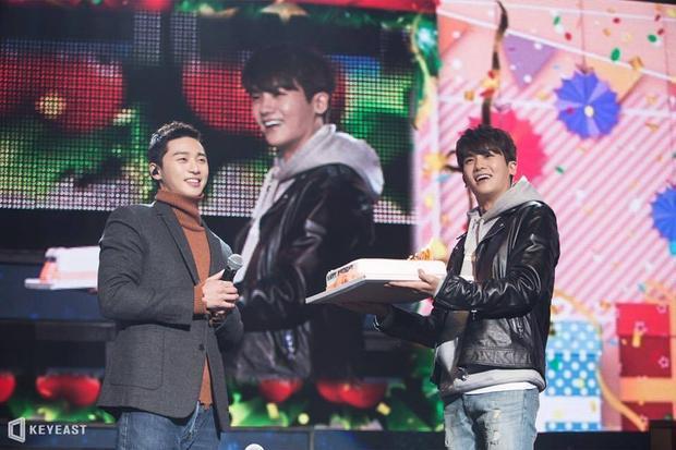 Trong một buổi meeting fan của Park Seo Joon. chính Hyung Sik đã mang tặng chiếc bánh sinh nhật lớn đến người bạn của mình.