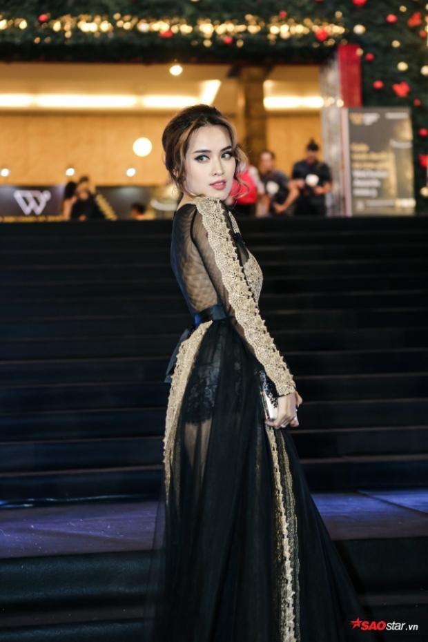 Tú Vi diện đầm đen với hoạ tiết tinh tế khiến cô trở nên rất cuốn hút