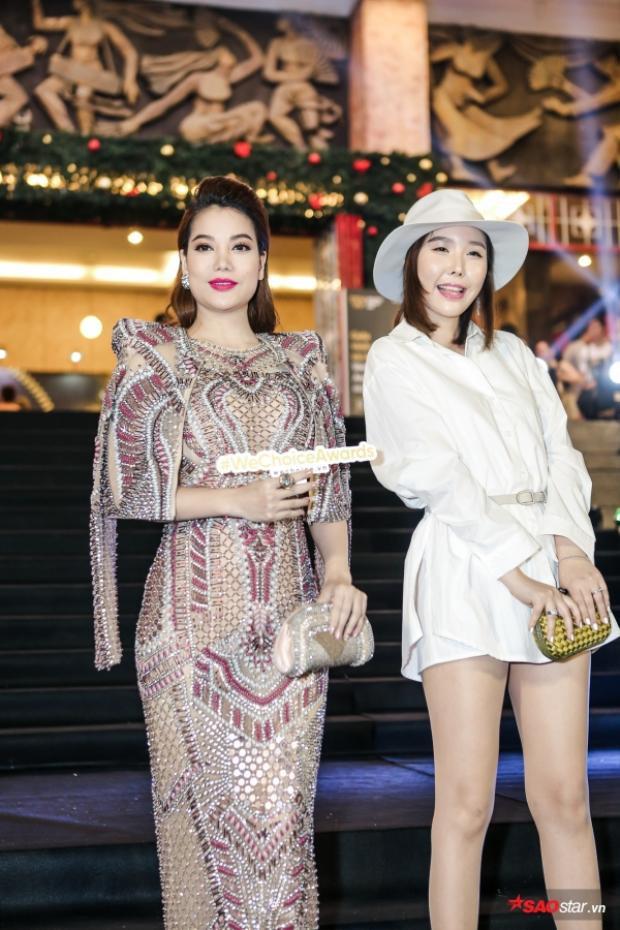 Trương Ngọc Ánh (trái) với bộ đầm đính đá sang trọng, kiêu sa
