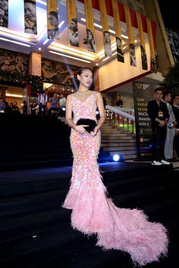 """Mai Ngô hóa thân thành một """"nàng tiên cá"""" xinh đẹp và gợi cảm trong một thiết kế đầm dài của anh chàng Lê Thanh Hòa."""