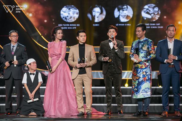 Đông Nhi giữ cúp dùm họa sĩ Lê Minh Châu đầy trân trọng bằng hai tay trên sân khấu nhận giải.