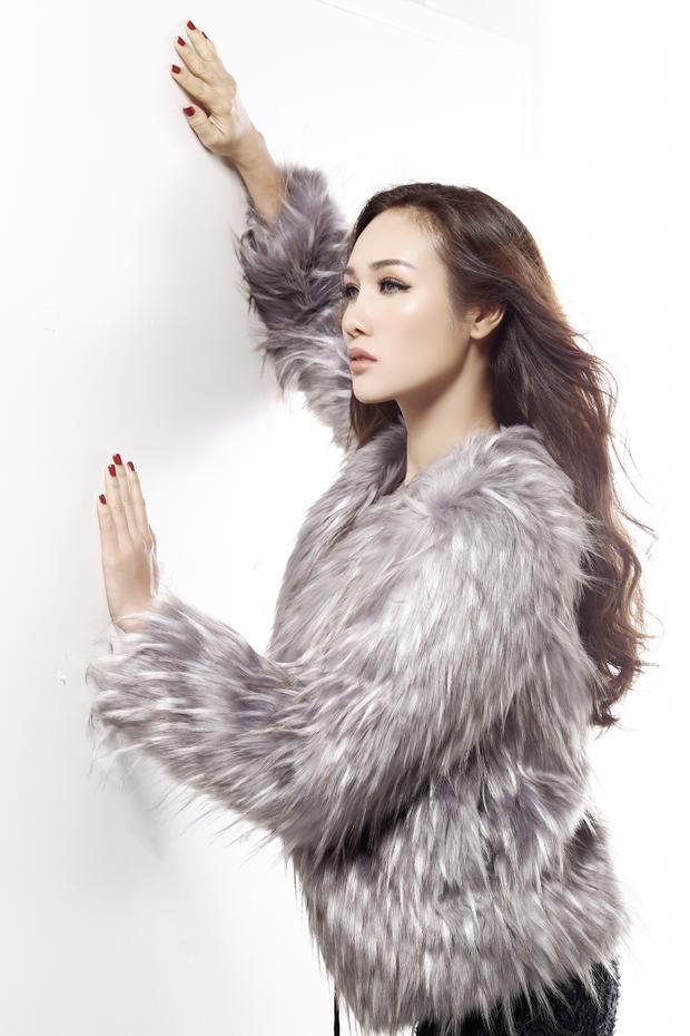 Hoa hậu Kim Nguyễn gợi cảm, khoe vai trần hờ hững