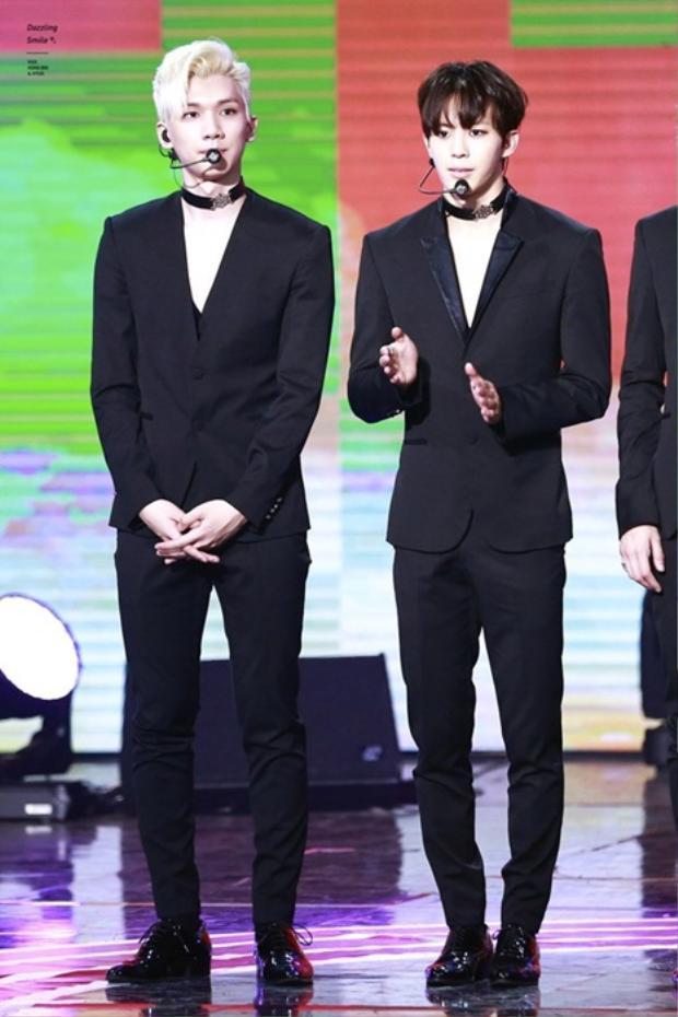 2 thành viên nhóm VIXX lịch lãm và đầy chất ngầu với suit đen và vòng choker.