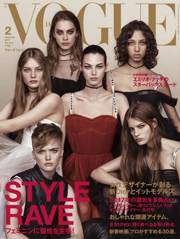 Một bộ ảnh khiến người xem phải trầm trồ vì độ high-fashion tỏa ra từ chính thần thái của các người mẫu khi cùng đồng loạt diện trang phục trong BST Dior Xuân Hè 2017.