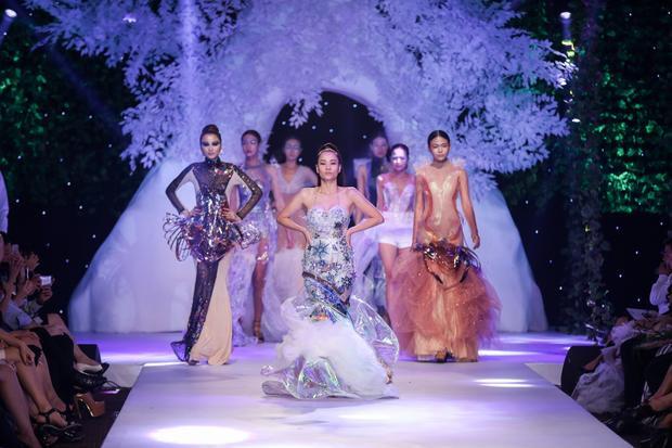 """Thu Minh """"dẫn đầu"""" binh đoàn người mẫu trong show diễn Déjà vu của NTK Quỳnh Paris."""