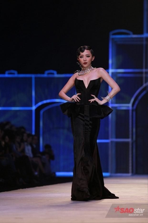 Tóc Tiên thăng hoa trên sàn runway không hề kém cạnh lúc cô biểu diễn trong các sân khấu âm nhạc.