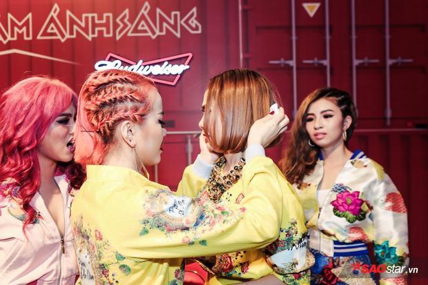 Tuy nhiên, đội trưởng Lưu Hiền Trinh lại khá xúc động. Cô lo lắng cho phần trình diễn của cả team.