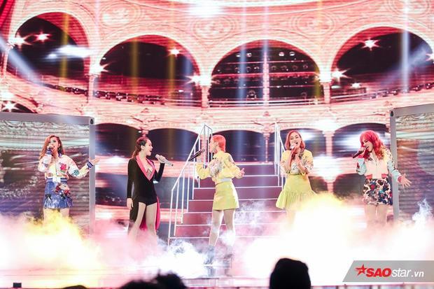 Phần trình diễn mở màn của Yến Trang và S-Girls