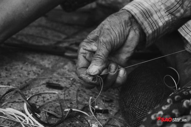 Bà cụ 75 tuổi kiếm sống bằng nghề gọt vỏ dây điện trên vỉa hè