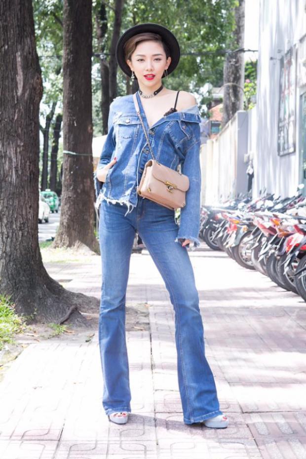 Tóc Tiên luôn chọn những trang phục bụi phủi thể hiện vẻ đẹp hình thể của mình mỗi khi xuất hiện trên các con phố. Denim-on-denim chính là tips hoàn hảo đến từ mỹ nhân này!