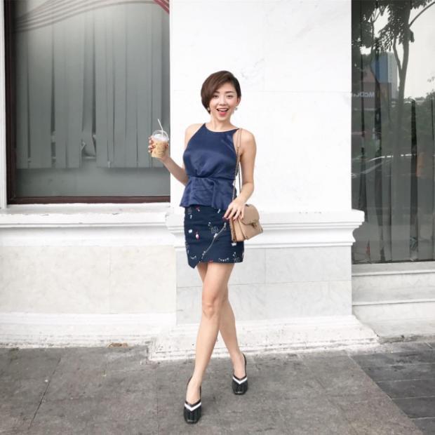 Hay đôi lúc, người đẹp vô cùng thoải mái khi diện váy ngắn cùng áo 2 dây, nhưng điểm nhấn nhá thường đến từ các phụ kiện cô nàng diện trên người.