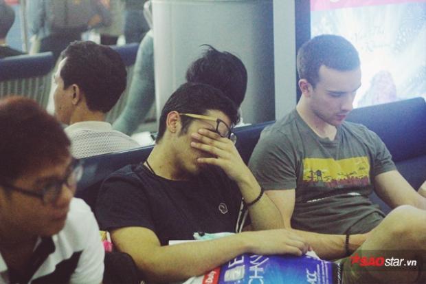 Giấc ngủ mệt mỏi nơi phi trường, đợi chờ những chuyến bay đoàn viên ngày Tết