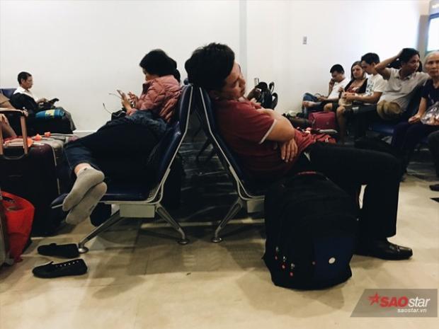 Những hành khách chờ đợi trong mệt mỏi.