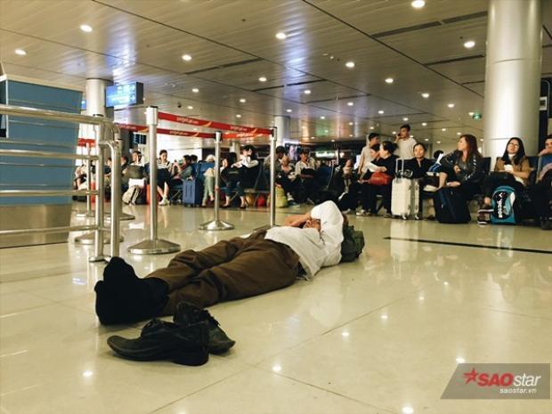 Thậm chí là cởi giày, nằm lăn ra sàn, giữa hàng ngàn người và ngủ ngon lành vì quá mệt!