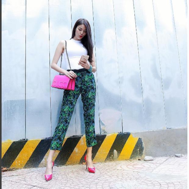 Bộ đôi túi và giày hồng của hãng thời trang Gucci nổi tiếng được Lan Khuê mix cùng quần ngố họa tiết nhiệt đới và áo ba lỗ trơn.