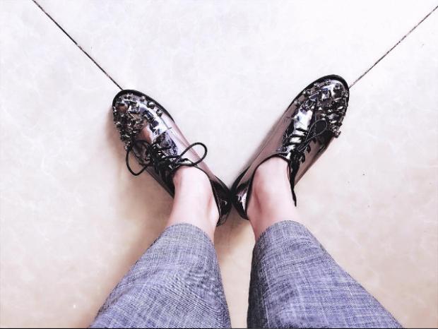 """Đôi giày Oxford đính đá trang sức màu bạc này được nàng mẫu """"tậu"""" từ thương hiệu Coliac - hãng giày chuyên sản xuất những mẫu oxford độc đáo, trang trí cầu kỳ."""