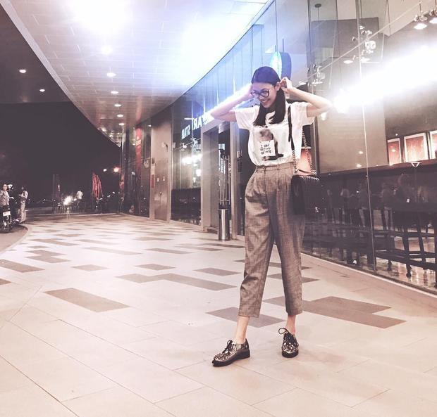 Mix cùng áo phông và quần ngố, Lan Khuê đã cất giấu hết nét quyến rũ của mình thay vào đó là một cô gái nghịch ngợm, trẻ trung.