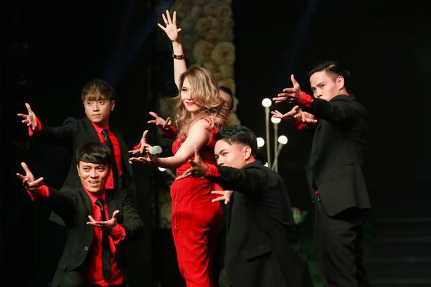 Nữ ca sĩ thể hiện vũ đạo trong những ca khúc sôi động.
