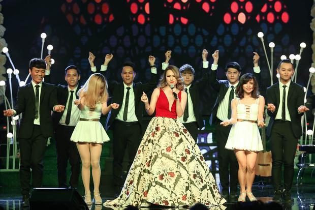 Mỹ Tâm hát cùng fan 75 tuổi đến từ Nha Trang trong đêm nhạc riêng