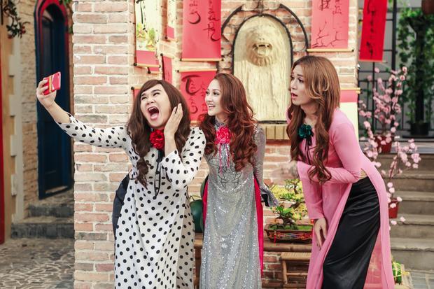"""Với sự đồng hành trực tiếp của đạo diễn Đinh Hà Uyên Thư, chắc chắc câu chuyện về 3 chị em """"lệch pha"""" đi du xuân sẽ để lại ấn tượng cho khán giả ở từng những chi tiết, góc máy nhỏ nhất."""