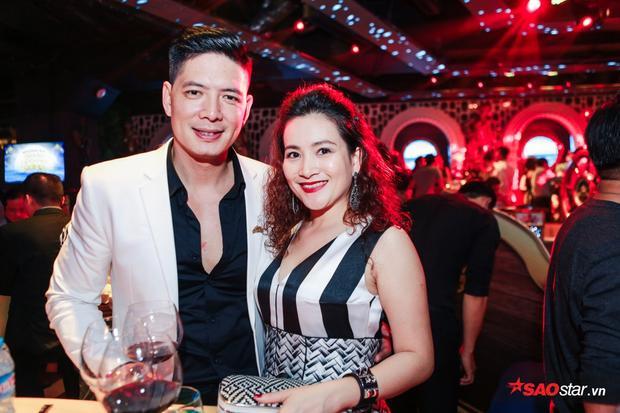 Vợ chồng Bình Minh mặc đồ ton sur ton tới sự kiện.