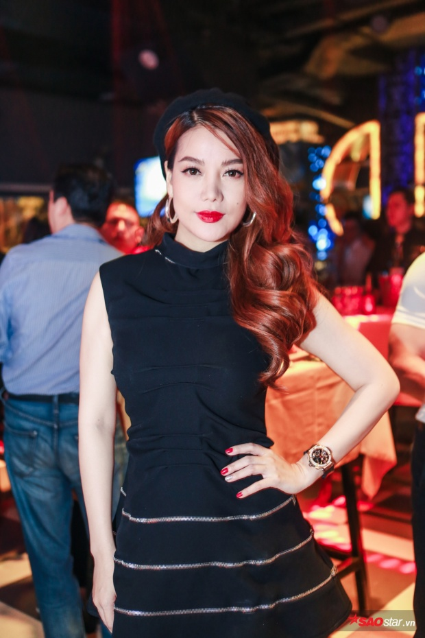 Nữ diễn viên Hương gadiện trang phục đơn giản nhưng không kém phần lôi cuốn.