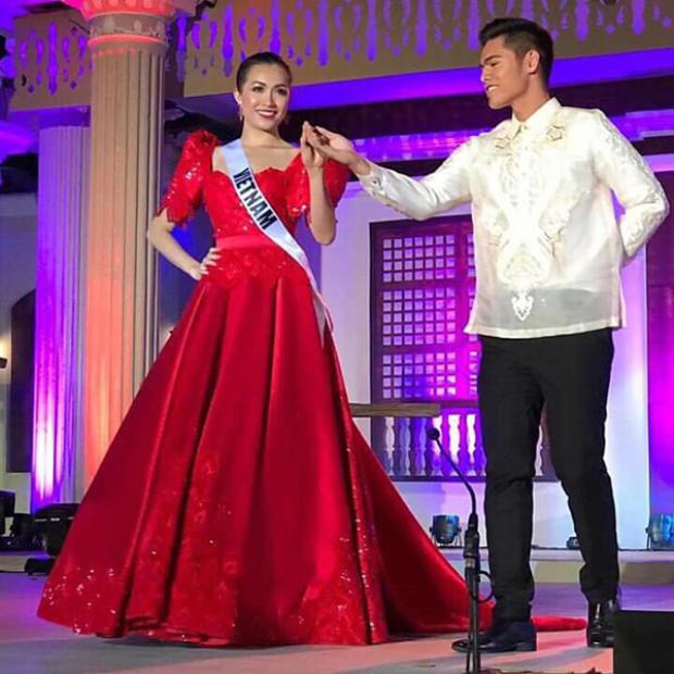 Cô được người mẫu nam Philippines dắt đi trên sân khấu.