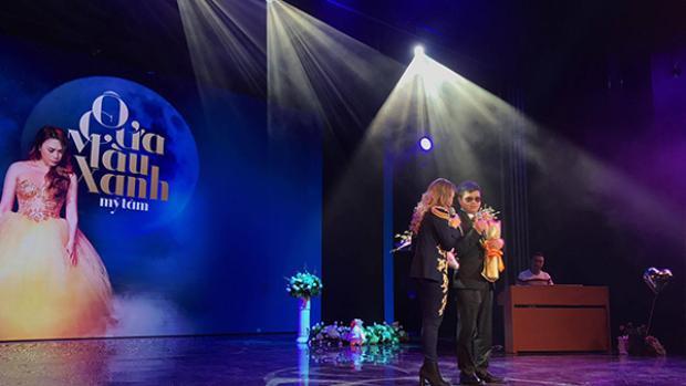 Mỹ Tâm song ca cùng Đức Mạnh trên sân khấu đêm nhạc Ô cửa màu xanh.