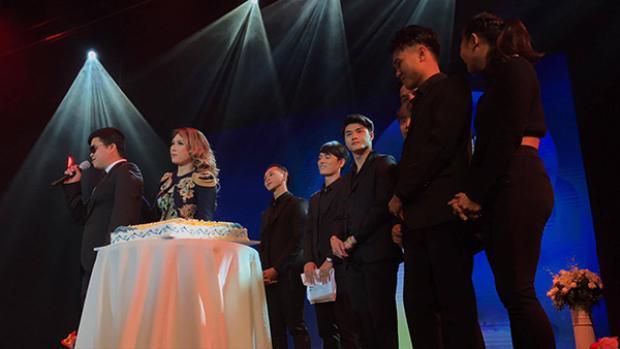 Sau màn giao lưu hóm hỉnh trên sân khấu, chàng trai khiếm thị Đức Mạnh còn tặng hoa và chúc mừng sinh nhật tuổi 37 của Mỹ Tâm.