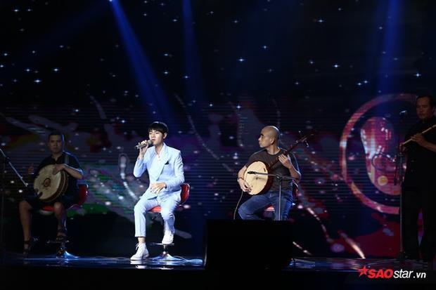 Bá Hưng tiếp tục mang nhạc cụ dân tộc cho phần trình diễn