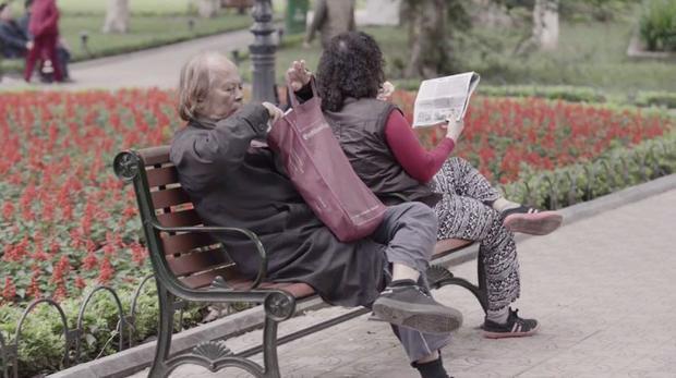 Người cao tuổi đọc báo những ngày đầu xuân.