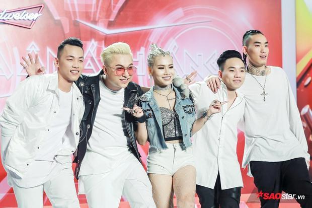 Team Yanbi - Yến Lê tạo dáng vui nhộn trước khi lên sàn đấu Đo ván.