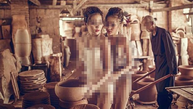 Xuất hiện bộ ảnh hai thiếu nữ mặc áo yếm lả lơi trước mặt cụ già, nghệ thuật hay sự tục tĩu?