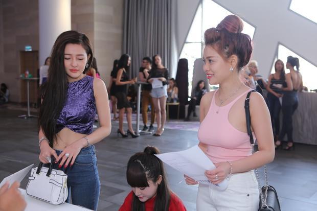 Ngân 98 và Mon 2k xuất hiện tại buổi casting.
