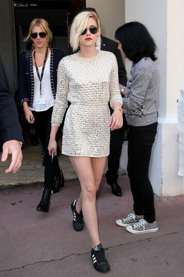 Những chiếc váy chít eo với phom dáng đơn giản cùng độ dài trên đầu gối giúp cô nàng khoe được đôi chân thon dài, trắng nuột với street style.