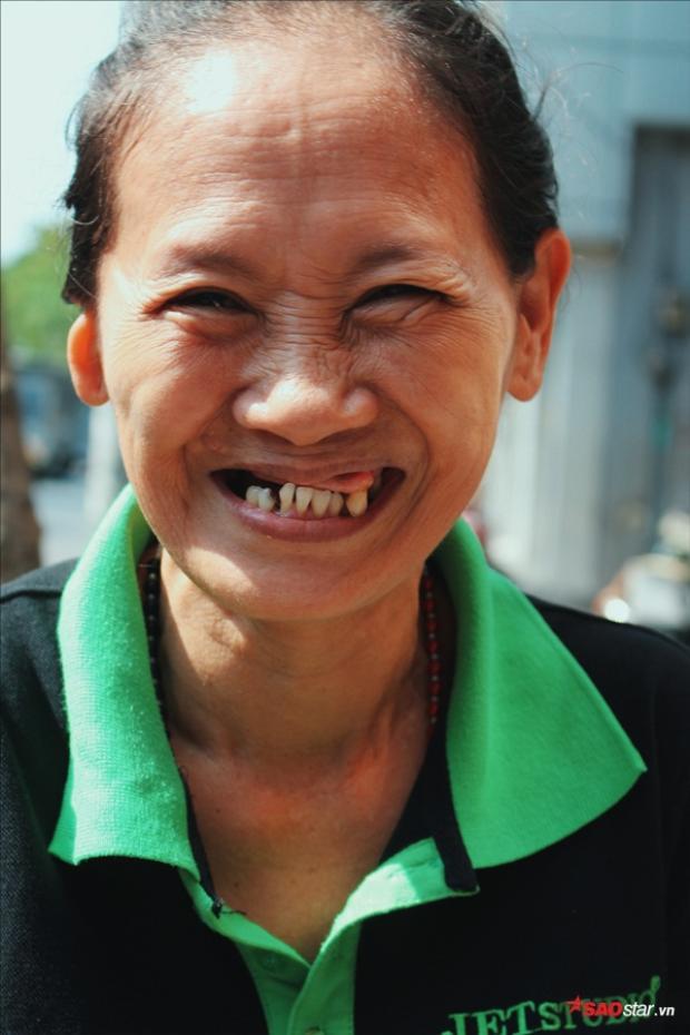 """Cô Nga kể trong hạnh phúc: """"Cô cảm ơn khi nhận được sự giúp đỡ của cháu Linh, cũng bớt đi phần nào gánh nặng của cuộc sống mỏi khi đau ốm, bệnh tật."""
