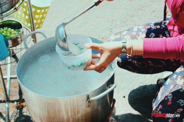 Chị Linh giúp mọi người múc phần cháo khi còn nóng.