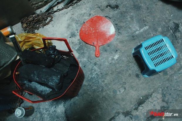 Đống than củi, chiếc quạt, cái ghế là những thứ đã góp phần làm nên một câu chuyện đẹp sẽ đời thường